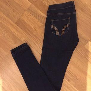 Fina mörka jeans från Hollister storlek 25/31 dem är stretchiga så passar en 26 bra. Fint skick knappt använda.