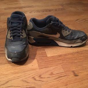 Nike Air Max 90, rätt så gamla men dom är inte jätteslitna. Kan skickas om köparen betalar frakten :-)