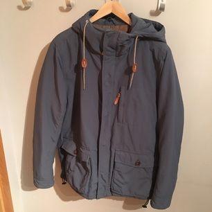 Riktig skön vinter jacka från Vailent Clothing i storlek medium, är knappt använd så den är i mycket bra skick. Kan skickas om köparen betalar frakten. :-)