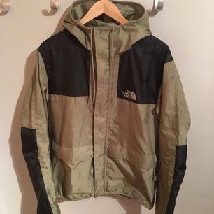North face 1985 mountain jacket. En tunn jacka som jag säljer för att den är för liten. Storleken är medium och den köptes för 5 månader sen men i riktig bra skick inte använd mycket alls. Kan skickas om köparen betalar frakten. :-)