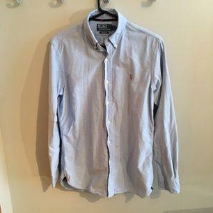 Äkta Polo ralph lauren skjorta i mycket fint skick, säljer för att den är för liten för mej. Storleken är small men passar medium också. Kan skickas om köparen betalar frakten :-)
