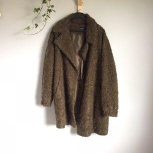 🔸Brungrön, luddig kappa från Topshop🔸  • använd ett fåtal gånger, fint skick • 12% angoraget • fodrad • storlek 38/10 • nypris 1199 kr  300 kr+ frakt