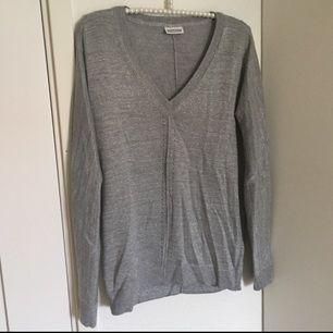 Gråglittrig tröja från det tyska märket Street One. Passar både S och M, jag själv är en S och tycker dem sitter bra på mig! Använd ett fåtal gånger.