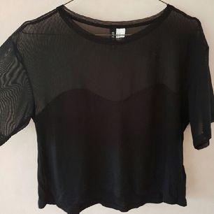 Snygg, enkel, svart t-shirt med mesh upptill.  Storleken är XS men jag skulle snarare säga S/M. Säljer pga att jag tyckte den var för stor för mig.   Aldrig använd   Kan mötas upp i Stockholm
