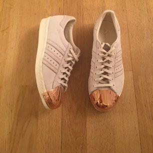 Adidas originals superstar 80s metal toe Säljer mina skor som jag använt 1-2 gånger. Rosé metallplattor längst fram på skorna.