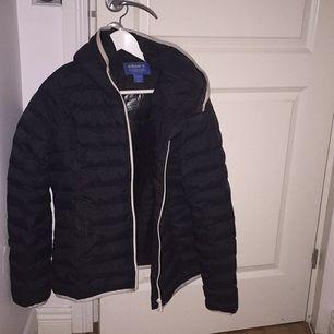 Säljer min adidas jacka! Köpte den för 1000 och har ingen användning av den! Mycket bra skick och otroligt varm!