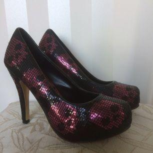 Jätte snygga skor från Iron Fist. Svarta/rosa paljetter med mönster som döskallar.  Endast använda vid plåtning, lite skavd på insidan av den högra skon. Inget som syns.
