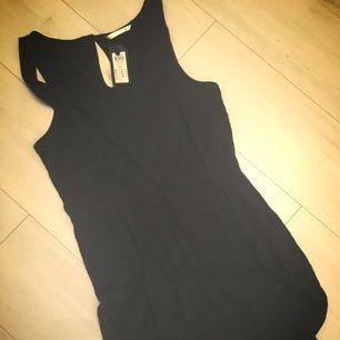 Helt ny svart klänning. Strl 42 men känns som 38/40