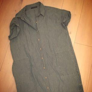 Violetta by mango, jeans klänning med korta ärmar. Inte använd ngn gång!