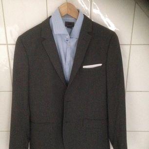 Superfint kostymset (kavaj, skjorta och kostymbyxor) från H&M, använt endast ett fåtal gånger. Skjortan är i stl M och de andra delarna i slim fit stl 50. Inga skador.