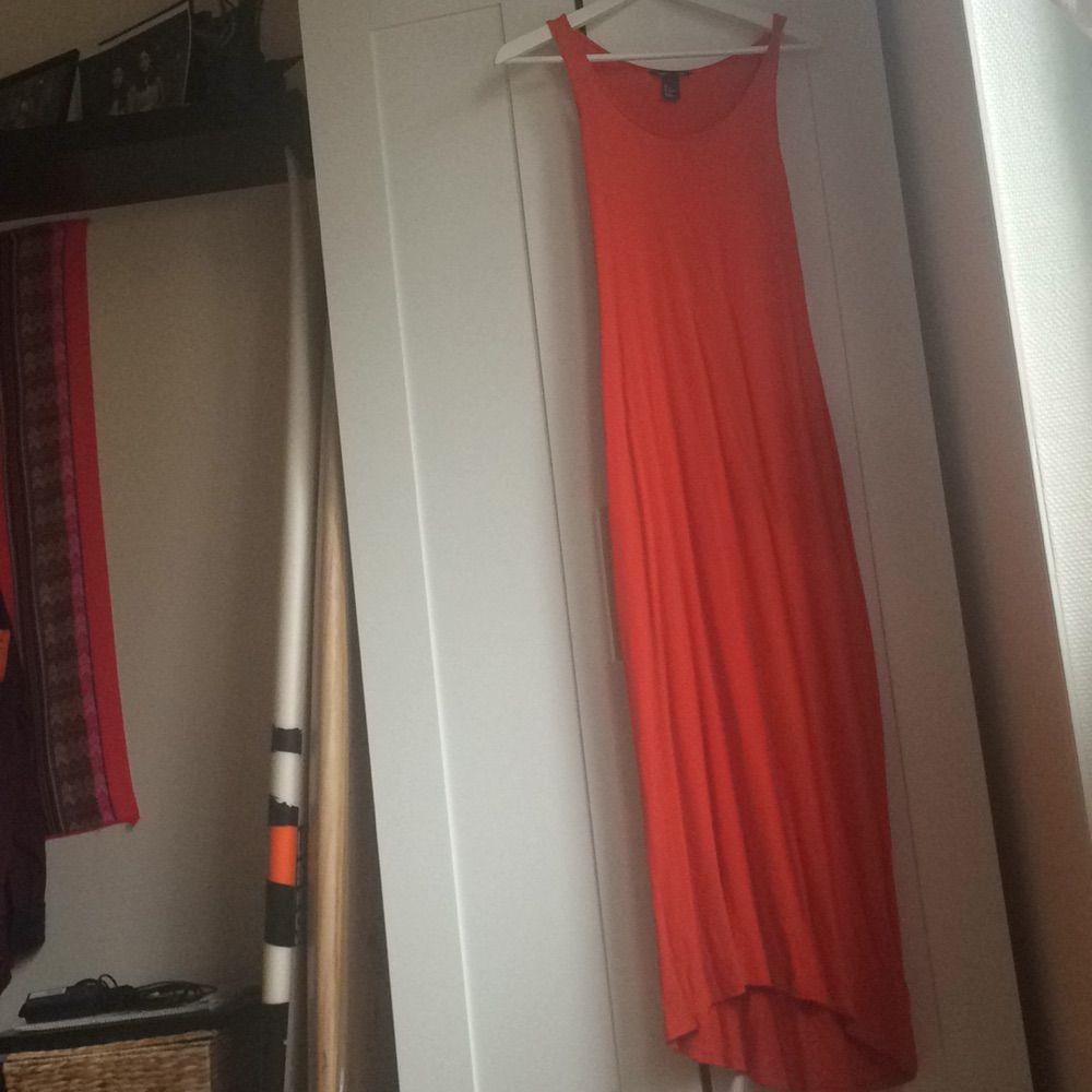 09700cf81b34 Lång tajt klänning från HM i orange röd fin färg. Sparsamt använd så den är  ...
