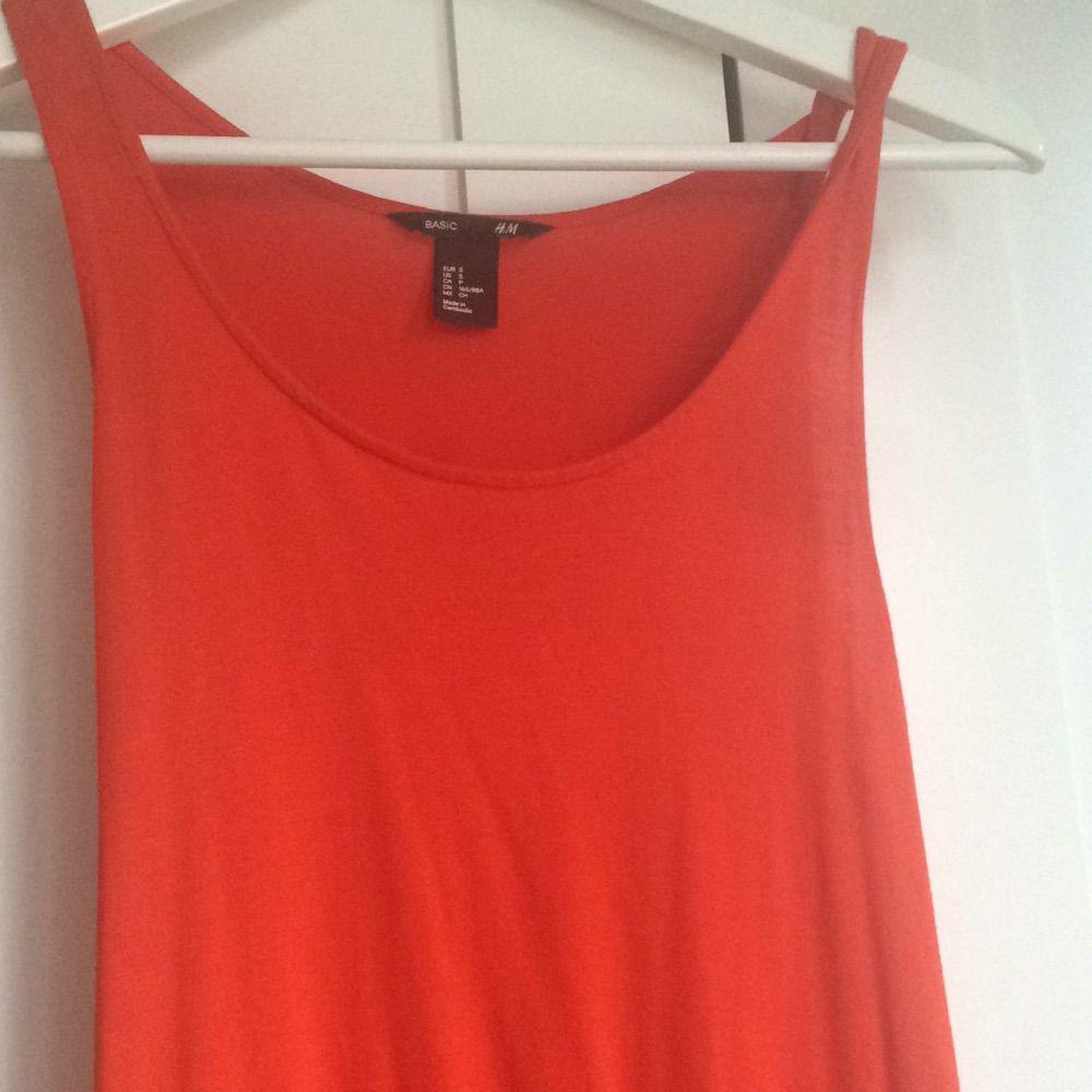 04dd664049c3 Sparsamt använd så den är Lång tajt klänning från HM i orange röd fin färg. Sparsamt  använd så den är ...