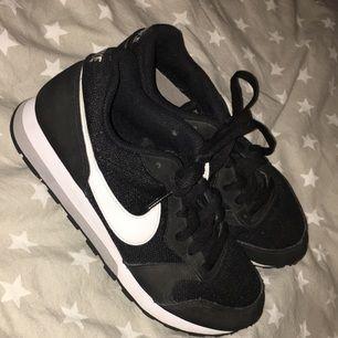 Säljer mina Nike skor pga för liten storlek.storleken är 37 men den är liten i storleken så man kan ha dom om man har storlek 36. Sköna och fina har använt några få gånger