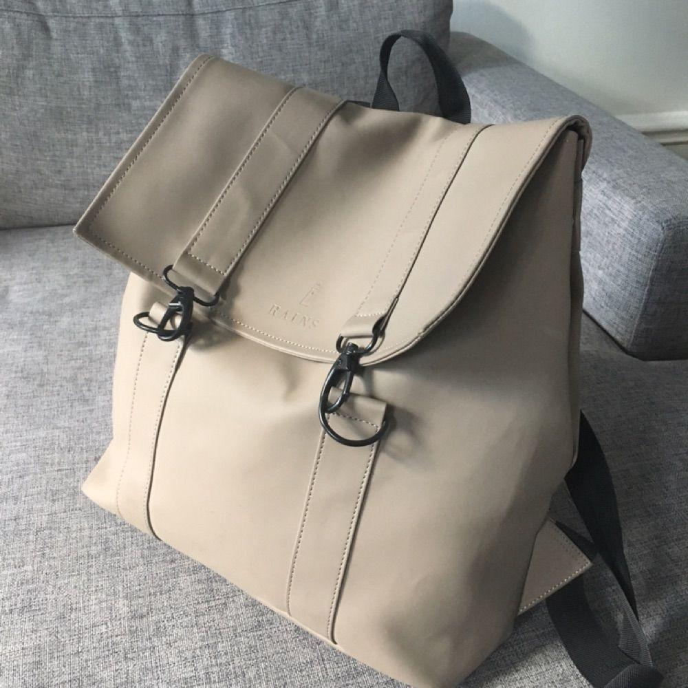 Snygg ryggsäck från danska märket Rains Använd ett fåtal gånger - mycket  gott skick. Fack 343611a4611d2