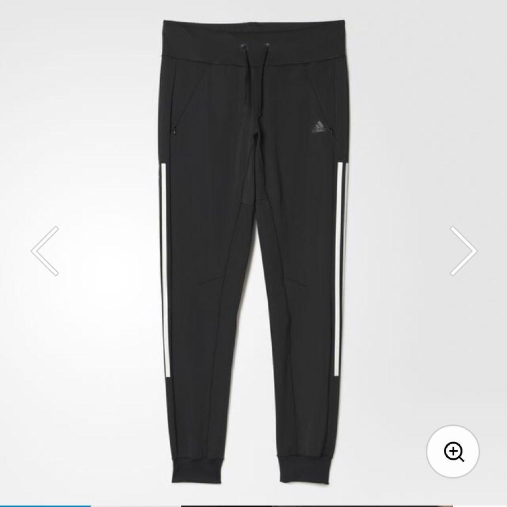 22d0653335a Adidas mjukisbyxor i stl M, svarta med vita ränder. Oanvända. Nypris 599kr.