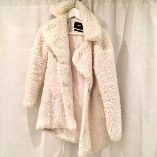 Mysig och varm vit fluffig jacka från Bikbok, vid snabbt köp är jag villig att sälja den billigare, hör av dig om du har några frågor!
