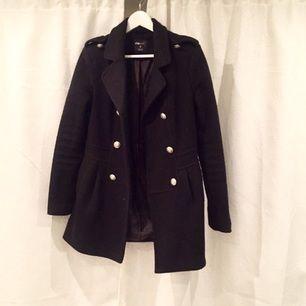 Fin svart kappa med fina knappar! Varm och billig