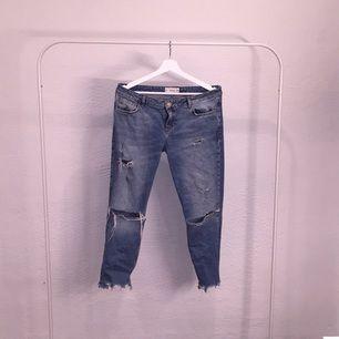 Snygga girlfriend/boyfriend slitna jeans från mango! Låg midja och bra skick Hör av dig vid frågor! ☺️