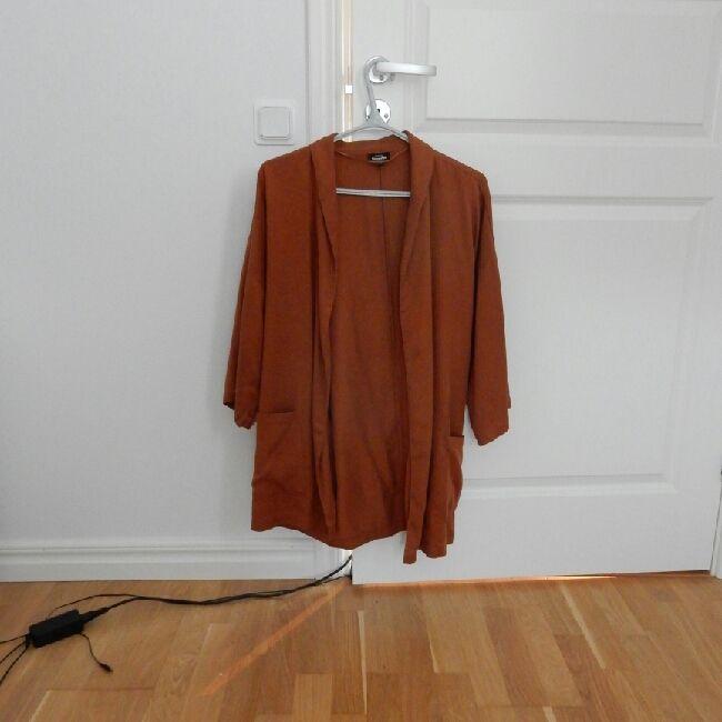 Bronsröd kimono kavaj med midjeskärp och breda ärmar. Använd 2 ggr. Från  kappahl ... 108b2e4a85aea