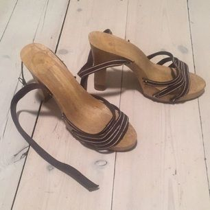 Fina sandaletter med hög klack. Trä behandlat så det blir en glatt yta. Köpta på second hand, i bra skick.