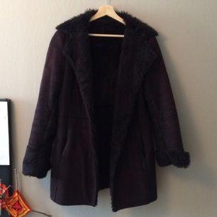 Säljer min fina vintage faux fur jacka! Köpt på second hand, har bara använt den ett par gånger. Lite oversized i storleken.