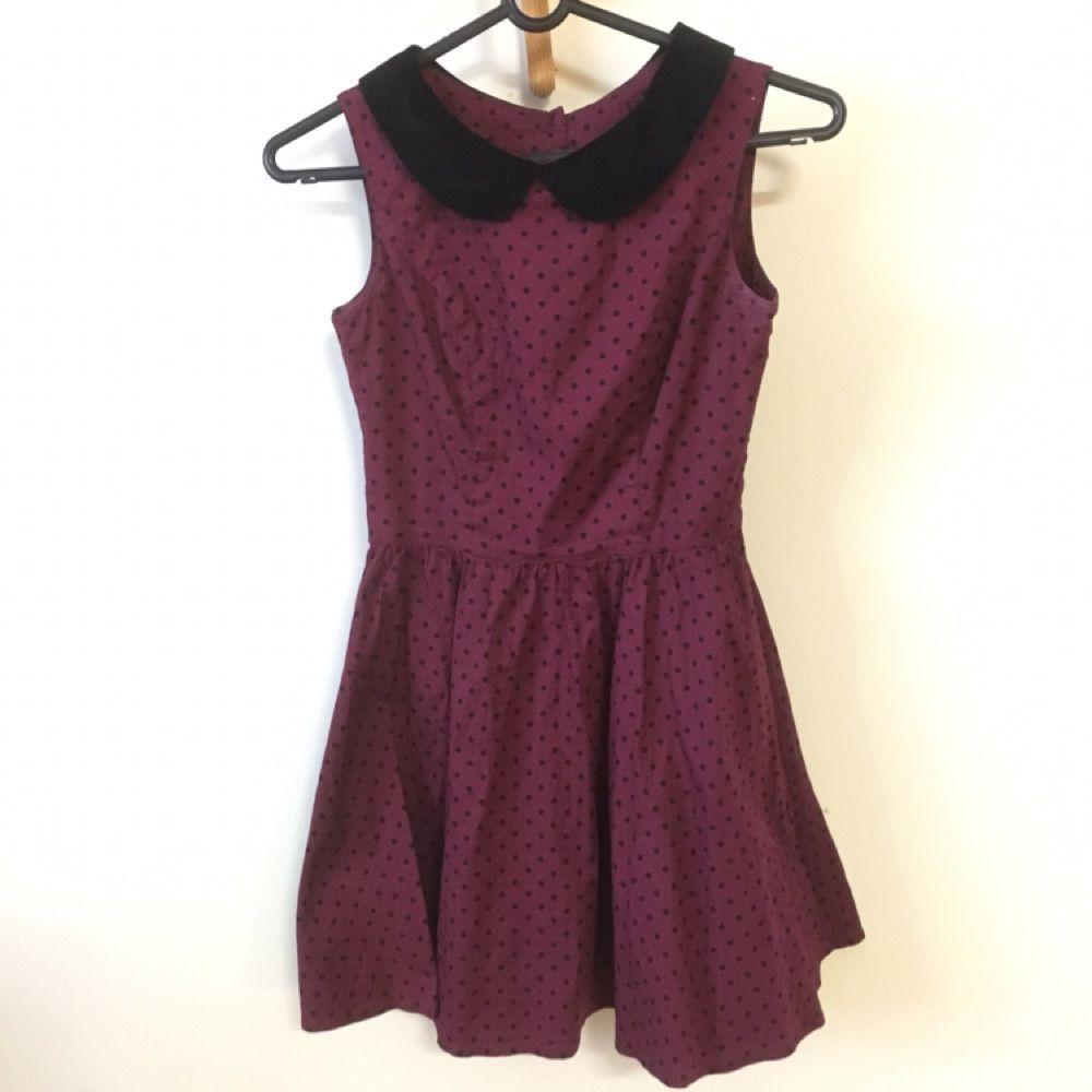 Supersöt vinröd prickig klänning med hjärtformad öppning i ryggen. Stl S-XS. Den är i nyskick!  . Klänningar.