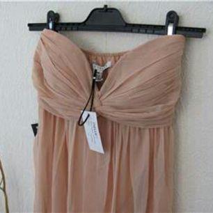 Maxi klänning från Nelly i färgen Dusty pink/beige. Tags kvar! Fraktavgift tillkommer 💫