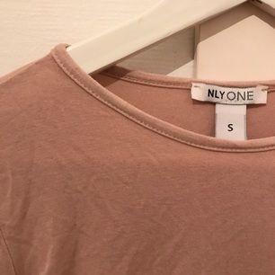 Body från Nelly, säljes då den sitter lite löst på mig. Storlek S! Använd vid ett tillfälle. Bilderna är lite missvisande då tröjan är mer åt det puderrosa hållet på riktigt.   - frakt inräknat i priset