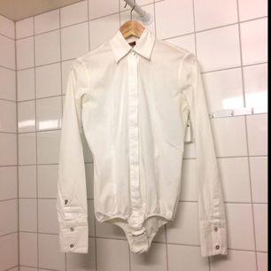 Skjortbody från Dondup. Snygg och praktisk, bra kvalitet, men säljer pga för kort för mig.  Den var dyr :):)