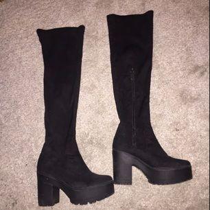 Over knee boots, svarta i storlek 37 (men jag skulle säga att det är en 38 då de ej passar mig) har alltid 37 i skor. Köpta för 600kr, från have2have.se