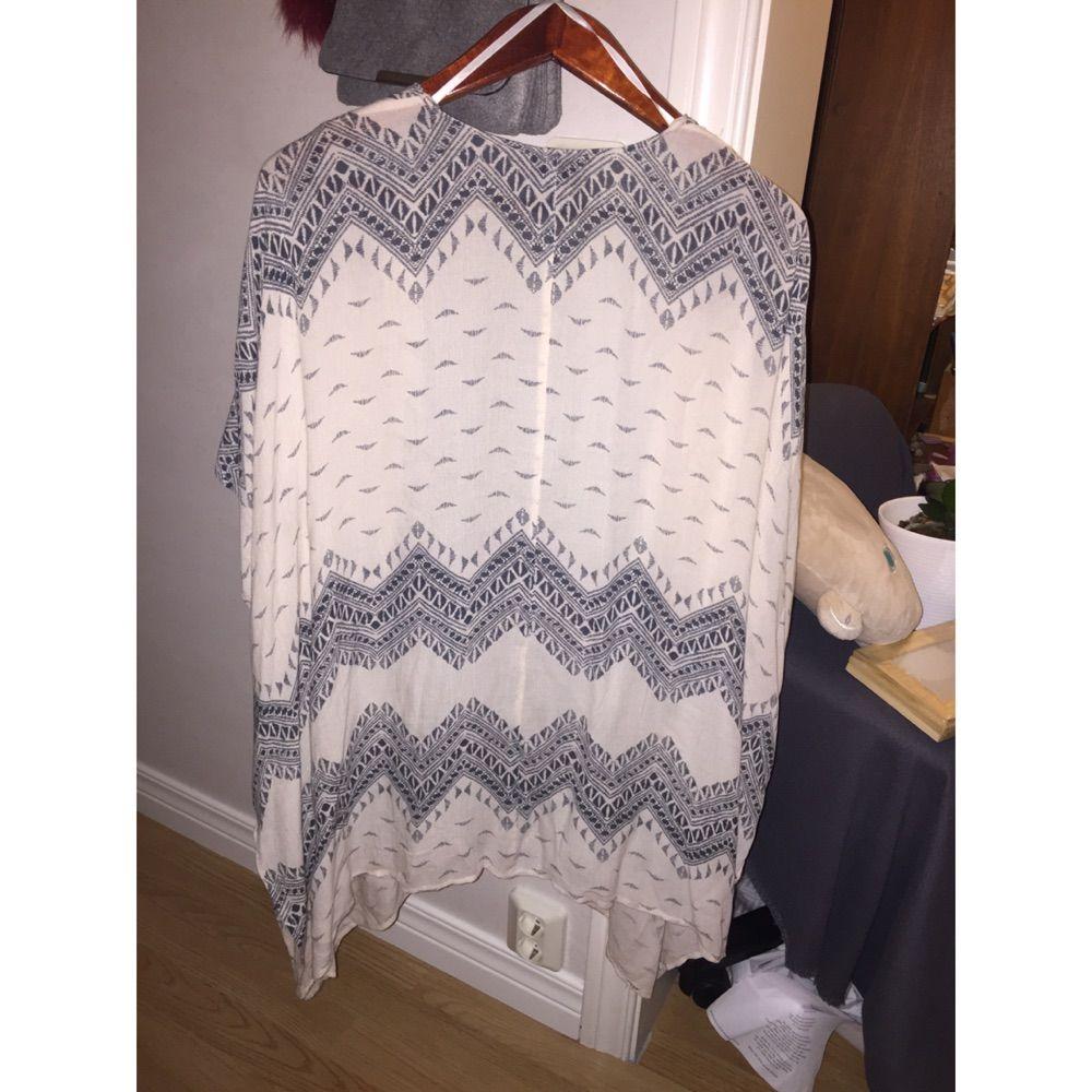 Kofta/kimono ifrån vila. Köpte den för 249, och den är endast använd på en skolavslutning, ett dop och på ett bröllop. . Tröjor & Koftor.