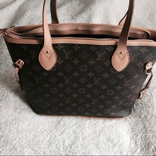 Köpte den här väska när jag var utomlands. Det är en kopia & den liknar Louis Vuitton Neverfull PM. Har använt den max 3 gånger så man kan säga att den är som ny. Köparen står för frakten.