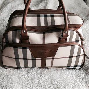 Burberry Väska från London, köpte den när jag var utomlands. Brukar använda den när jag reser och jag kan säga att den rymmer väldigt mycket.
