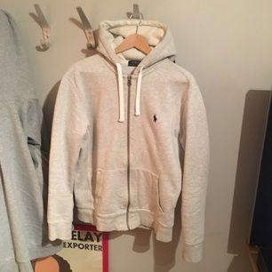 Äkta Polo Ralp Lauren tröja i strlk M. Riktig bra skick, inga fläckar eller nånting säljer för att den är för liten för mig. Skicka ett sms till 0737700255 eller skriv här om du är intresserad :-)