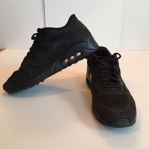 Riktigt sköna Nike Air Max Ultra BR i strlk 44, använda ett fåtal gånger bara så säljer för att jag inte använder dom. Köptes på shoeline för 1499 kr. Först till kvarn :-)