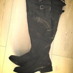 En gångs använda över knee stövlar i svart färg skinnimitation/ blockklack med dragkedja.