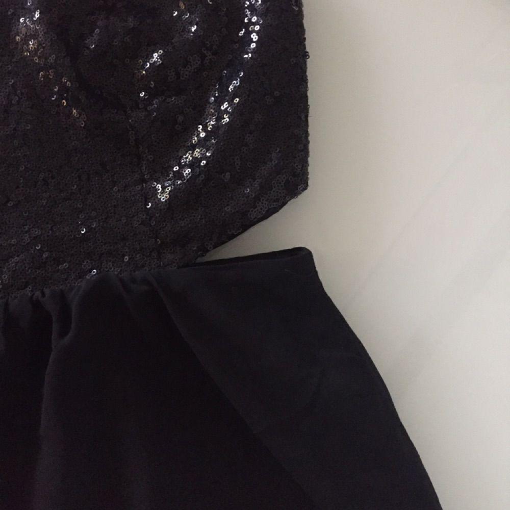 Fin paljettklänning ifrån Nelly med cut-outs på sidorna. Aldrig använd 🌸. Klänningar.