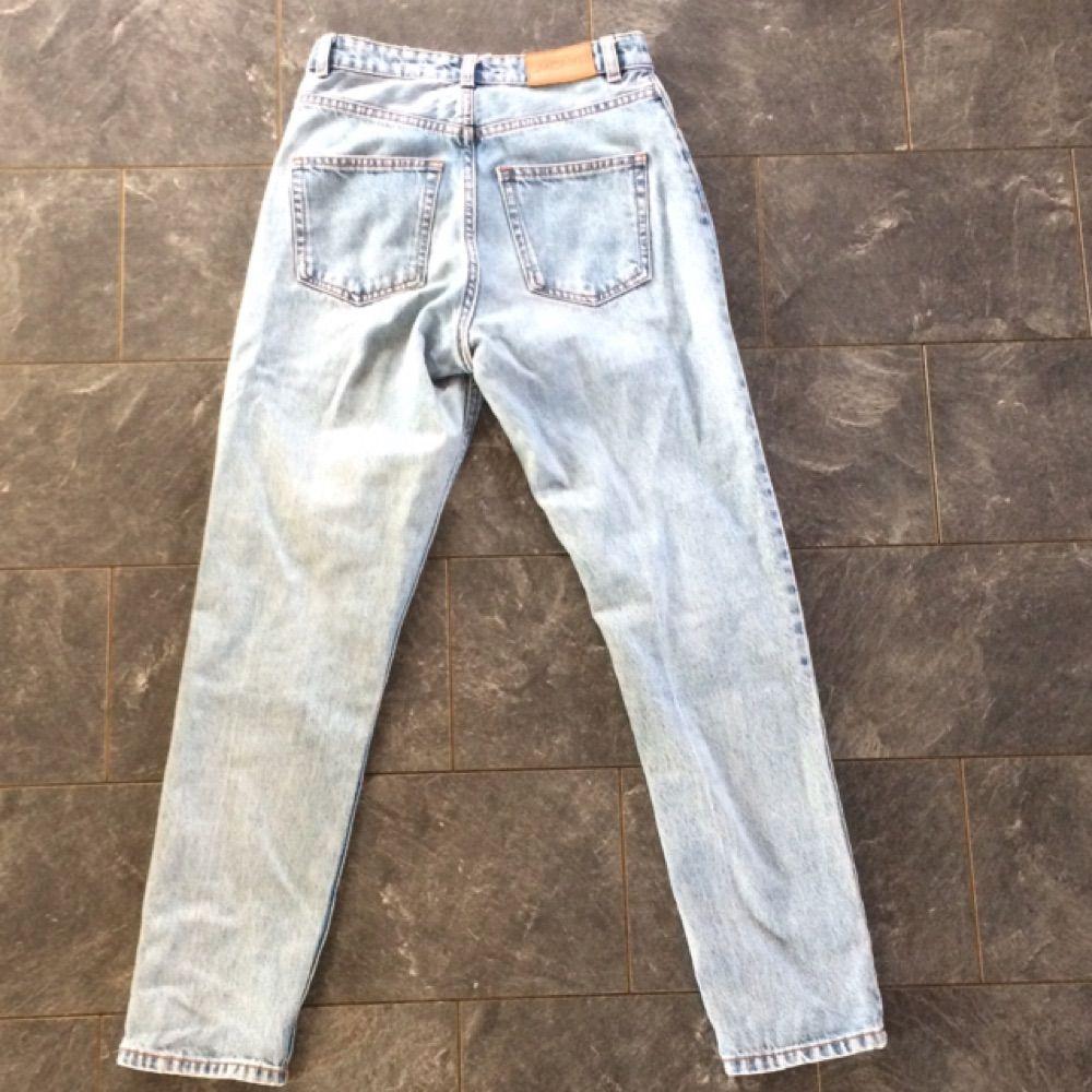 Snygga mum jeans från monki Ljusblåa Betalning sker genom swish ✨. Jeans & Byxor.