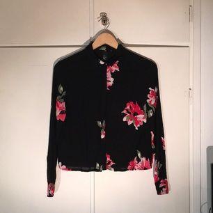 Svart/blommig blus från H&M, använd ett fåtal gånger.
