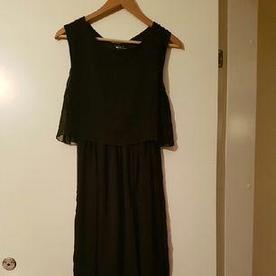 Svart lång klänning.