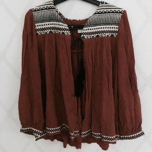Kavajaktig tröja från H&M. Bra skick. Frakt tillkommer.
