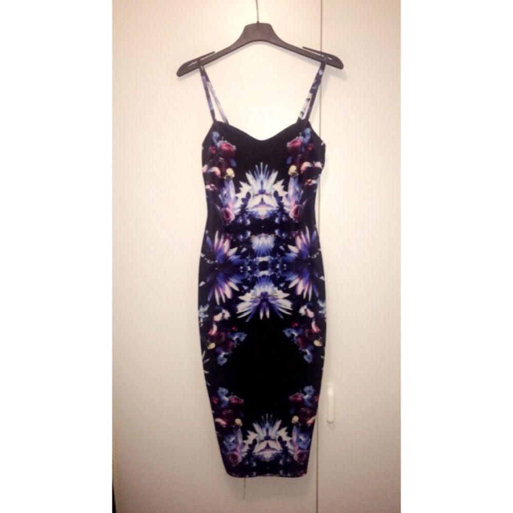 Halvlång klänning med slim fit - Klänningar - Second Hand 7769cf179e7c4