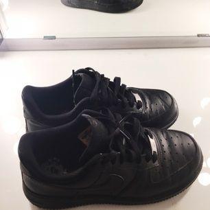 Nike force 1 nästan aldrig använda, nypris 999 säljer dom för 300, kan skicka på posten och har swish