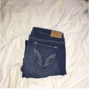 2 par Hollister jeans köpta för runt 700kr! De ljusa är aldrig använda och de mörka är använda 2 gånger. Inga märken eller fläckar, ser helt nya ut! Hör av dig om du undrar något😊