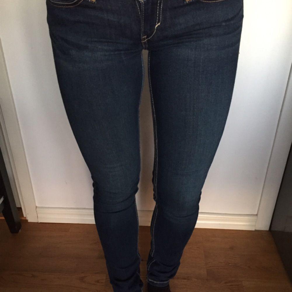 Jeans från Levis med låg midja och stretch. Mycket sparsamt använda. Köparen  betalar frakt ... 547d88dd22898