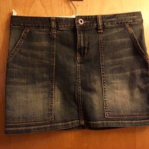 Kort denimkjol från Ralph Lauren. Barnstrl 16 år.   Säljes för 250 kr. Köparen står för frakt, betalning via swish.