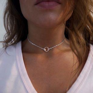 Egengjort chokerhalsband med moonstone i korallfärg. Ställbar storlek, frakt inräknat i priset.