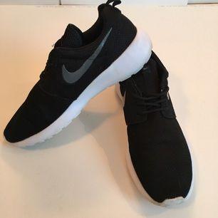 Nike Roshe Runs i mycket bra skick, inget slitage eller nånting. Storlek 45 men passar 43-44 också!