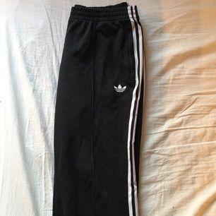 Adidas firebird trackpants som knappt finns att köpa i nån affär längre i mycke bra skick. Storlek large men passar medium också!