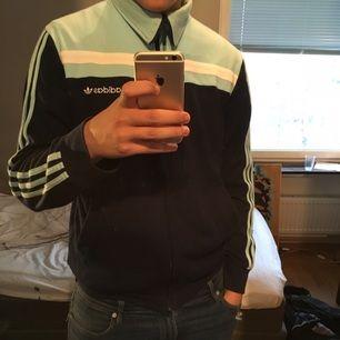 Riktig skön Adidas tröja med krage som är som ny, inte använt mycket alls. Storlek large. Kragen kan man vika ner lite snyggt som på första bilden